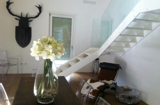 Scala-in-acciaio-e-vetro-per-abitazione-privata